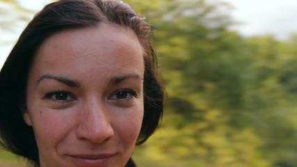 лицо девушки на фоне природы