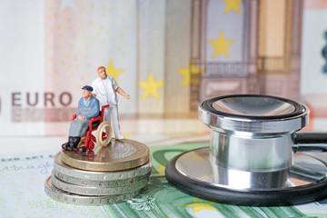 Rollstuhlfahrer mit Pflegepersonal und Geld