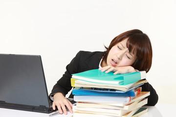 居眠りをするビジネスウーマン