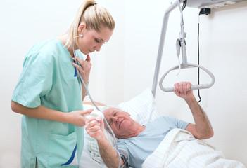 Schwester mit Senior in Herzklinik