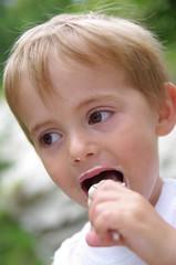 enfant mangeant une glace