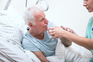 Pflegerin mit Senior im Krankenhaus