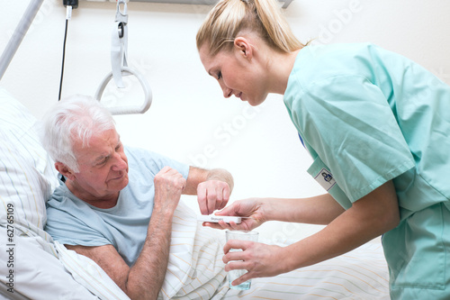 Leinwandbild Motiv Senior mit Pflegerin im Altenheim Medikamenteneinnahme