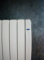radiateur électrique blanc sur mur grunge