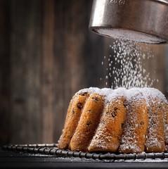 frisch gebackener Kuchen mit Puderzucker