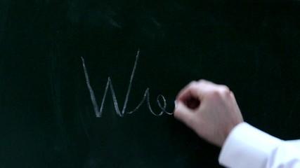 Eine Männerhand schreibt Wie auf eine Tafel