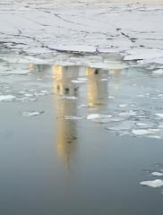 Отражение Колокольни Ивана Великого в Москве реке. Москва