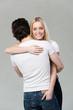 junges paar umarmt sich