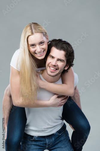 glückliches paar hat spaß