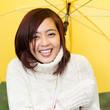 lachendes mädchen macht eine spaziergang im regen