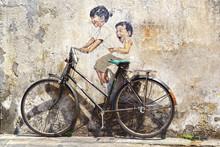 """""""Petits enfants sur un vélo"""" peint."""