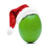 Grünes Osterei mit Nikolausmütze