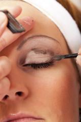 Junge Frau mit dem Makeup fast fertig
