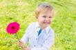 fröhliches Kind mit Blume