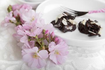 Mandelblütenzweig und Mandelgebäck