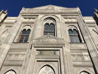 Pertevniyal Valide Sultan Cami Ön cephesi