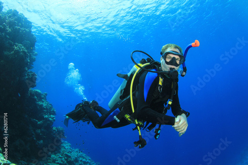 Leinwanddruck Bild Scuba diving on coral reef