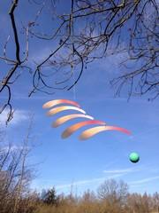windspiel draussen an einem baum