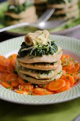 Vollkornpfannekuchen mit Spinat auf Möhrengemüse