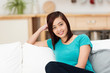 attraktive junge frau zuhause auf dem sofa