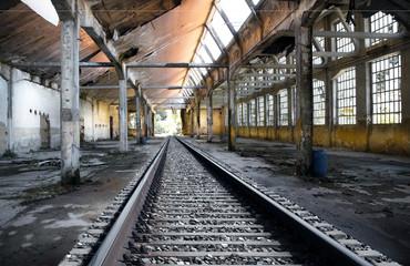 rotaie in fabbrica abbandonata
