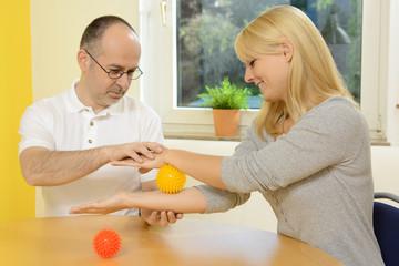 Frau mit Therapeut bei Ergotherapie
