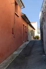 Ruelle et façades colorées à Aubagne en Provence
