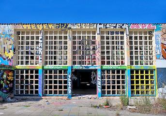 bâtiment abandonné recouvert de graffiti