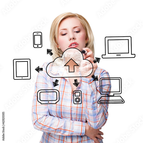 junge Frau zeichnet Diagramm über Cloud Computing