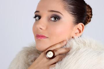 Mujer con abrigo de piel blanco