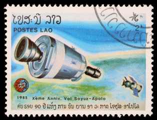 Stamp, Laos shows experimental flight of Soyuz and Apollo