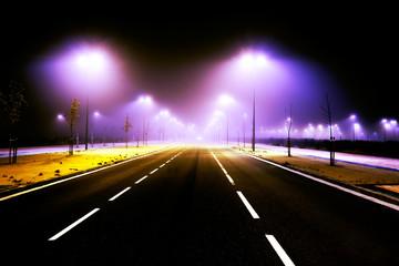 Escena urbana nocturna.Carretera y niebla en la ciudad