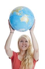 Frau hält Globus