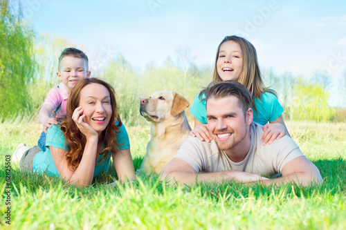 familie mit Hund in der Natur
