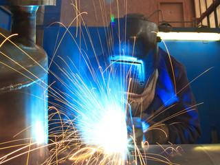 Schweißer in der Fabrik
