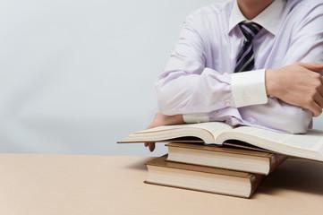 読書とスーツの男性