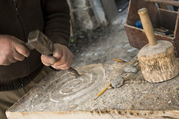 Bildhauer bei der Arbeit