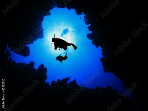 Papiers peints Plongée Scuba divers descend into underwater canyon