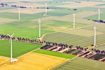 Windkraftanlagen in ländlichem Gebiet - Luftaufnahme