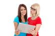 Zwei Freundinnen surfen im Dating-Portal im Internet