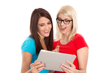 Zwei Frauen lachen gemeinsam - Inserat Partnersuche