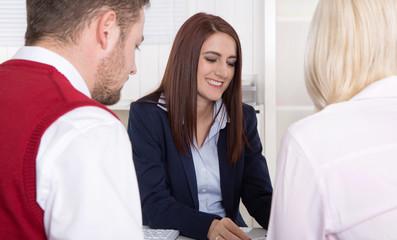 Junge Leute in Besprechung oder in einem Beratungsgespräch