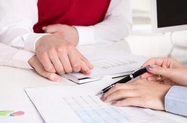 Kundengespräch: Paar in der Beratung: Kunde und Berater