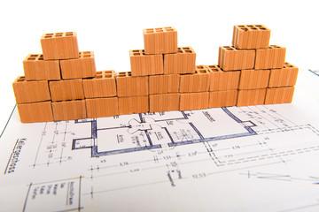 Symbolfoto Bauträger Isolierte Ziegelhausreihe mit Holzwürfel