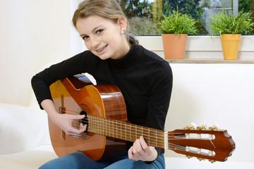 Teenager spielt Gitarre