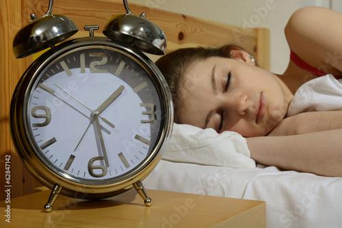 Leinwanddruck Bild Jugendliche schläft, Wecker tickt