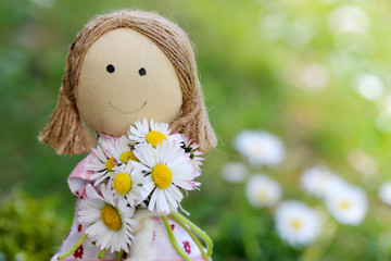 Stoffpuppe mit Blumen zum Muttertag