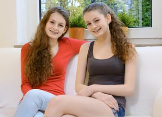Zwillinge gemeinsam auf Sofa