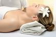 Frau bei Massage-Behandlung