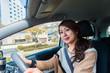 休日にカジュアルな服装で運転する女性